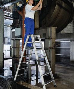 guenzburger-aluminium-stehleiter-mit-r13-trittfläche-beidseitig-begehbar